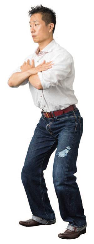 ①両足を腰幅程度に開き、腕は胸の前でクロスさせて立ちます。背筋は伸ばしたまま、前傾しながら2秒で深―くしゃがみます。