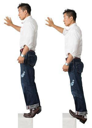 横の壁に手を添えて、段差の角に足の裏を半分乗せます。親指側に体重を乗せるイメージで、かかとをできるだけ大きく上下に動かします。1秒で上げ、2秒かけてゆっくり下ろすのを繰り返します( 15~20回程度)。
