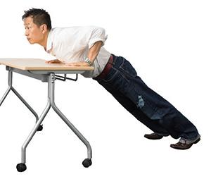 ②胸がデスクにつくまでしっかり深く下ろして戻します。2秒で下ろし、1秒で戻すくらいのペース。できなくなるまで繰り返します( 10~20回程度)。腰を反らせてごまかさないように。