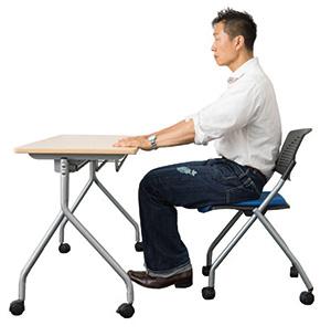 ①椅子に浅めに腰掛け、両手はデスクの上に乗せます。腹筋に力を入れ、かかとを床から少しだけ浮かせます。