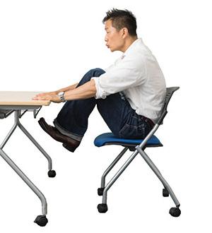 ②「キュー」と言いながら太ももをできるだけ高く引き上げます。1秒で上げ、2秒で下ろすくらいのペース。下ろした時のかかとは床につけず、再び上げていきます(10~15回程度)。