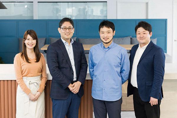 Resily株式会社とKDDI株式会社、それぞれの現場でOKRを推進する仲間(左から、KDDI株式会社 上田さん、上谷さん、Resily株式会社西川さん、佐川さん)と共に。お互いに情報交換をしながら、OKRの効果的な活用法について模索を続けています。